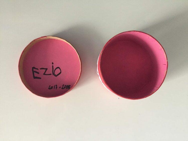 Boite rose avec écriture Ezio